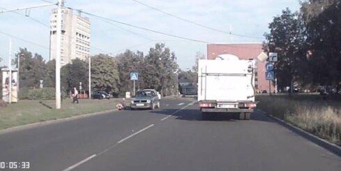 Imantā auto notriec sievieti un aizmūk no notikuma vietas