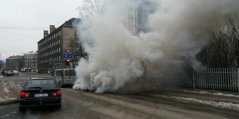 Rīgā sabojājies mikroautobuss rada gigantisku dūmu mākoni