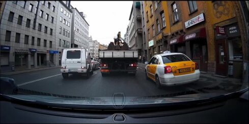 Taksometrs apbrauc sastrēgumu pa ietvi