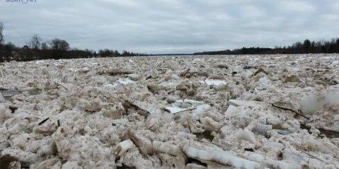 Plūdi un ledus sastrēgums Daugavā pie Pļaviņām no drona lidojuma