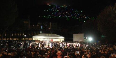 Itālijā iedegta pasaulē lielākā Ziemassvētku eglīte
