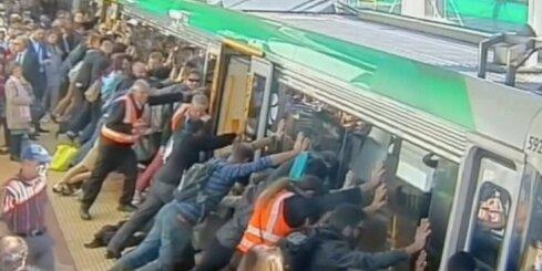 Austrālijā pasažieri pagāž vilcienu, lai izglābtu iesprūdušu vīrieti
