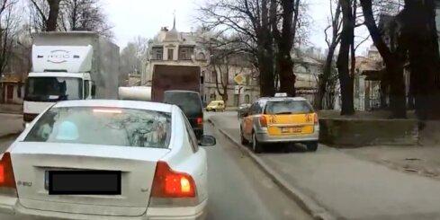 Neprātīgs taksists Rīgas ielās