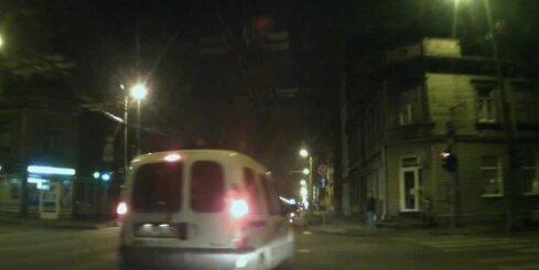 'Bulku vāģis' uz Čaka ielas apzināti mēģina izraisīt avāriju