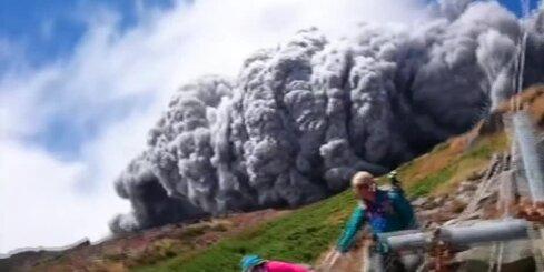 Japāņu tūrists nofilmē traģisko vulkāna izvirdumu