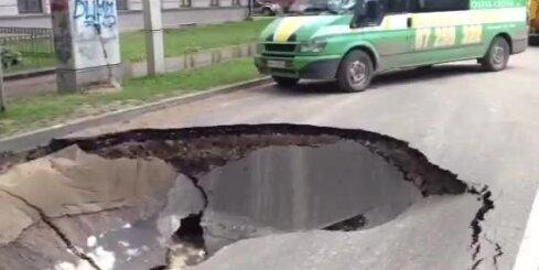 Pēc ūdensvada avārijas Elizabetes ielā iebrucis asfalts