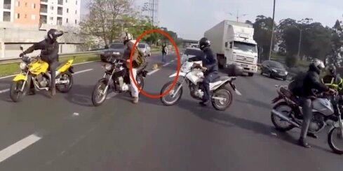 Motociklisti Brazīlijā sunīša glābšanai bloķē satiksmi