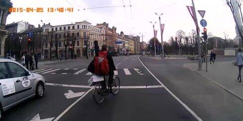 Agresīvs riteņbraucējs Rīgas centrā