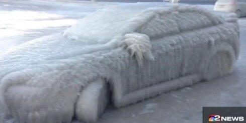 ASV ziema pārvērš auto ledus gabalā