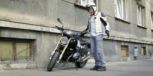 Kā pareizi novietot motociklu un kā nemaksāt par stāvvietu