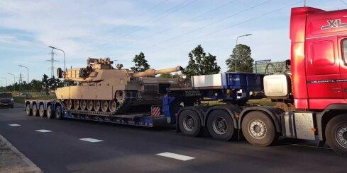 Aculiecinieks Rīgas ielās pamana iespaidīgo tanku 'Abrams'