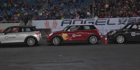 Ķīnietis pārspēj auto paralēlās parkošanas Ginesa rekordu