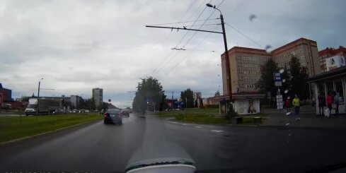 Auto pārbrauc pie sarkanās gaismas
