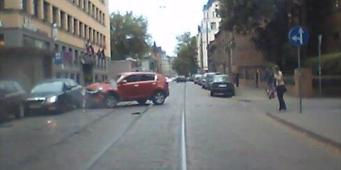 Izcili dumja autoavārija Miera ielā