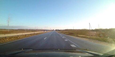 Automašīna brauc pretējā virzienā uz vienvirziena ceļa