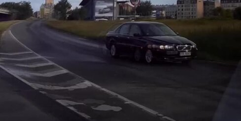 Auto mēģina braukt pa Krasta ielu pretējā virzienā