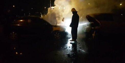 Zolitūdē ar atklātu liesmu deg automašīna
