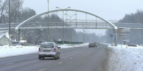Barjera pie Jūrmalas tiltiņa turpina 'ķert' auto