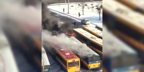 Viļņas stāvlaukumā ar atklātu liesmu deg autobuss