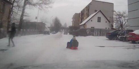 Gulbenē vīrietis sadauza vairākus auto, lai izglābtu bērnus