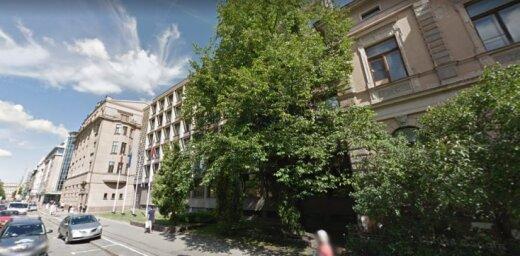 Министерству обороны не разрешили срубить деревья возле своего здания в Риге