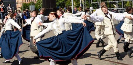 Foto: Simtgades ekspresis ar dziedātājiem un dejotājiem piestāj Rīgā
