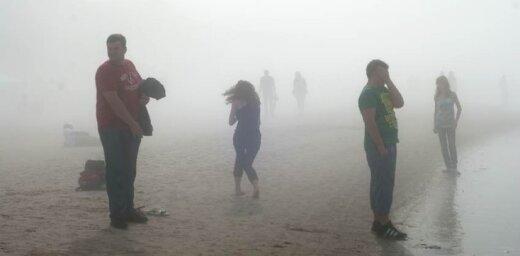 Dzintaru pludmali klāj neredzēti bieza migla