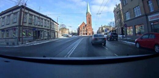 Video: 'Audi' vadītājs Rīgā izraisa negadījumu un bēg no policijas