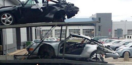 Video: Vesela krava sadauzītu 'Porsche' pie Rīgas CSDD