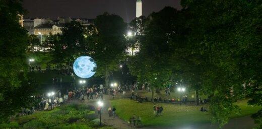 Mēness un dzirksteles: Krāšņi aculiecinieka kadri no 'Baltās nakts' Rīgā