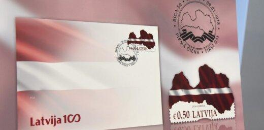 Foto: Izdod pirmo neregulāras formas pastmarku 'Latvijas karogs – karte'