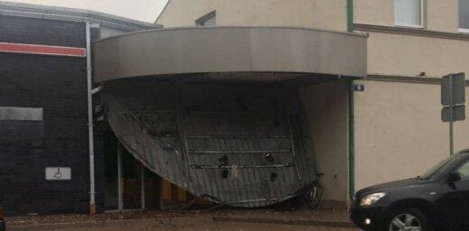 Foto: Balvos vējš norauj veikala 'top!' jumta dekoratīvo plāksni