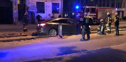 Foto: Auto nokļūst ļoti neveiklā situācijā