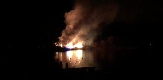 ВИДЕО: Возле Малого Балтэзерса горит комплекс зданий