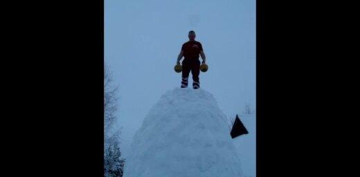 Video: Latviešu stiprinieks sniega tornī cilā svaru bumbas