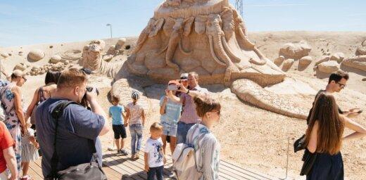 ФОТО: Скульптуры из песка в Елгаве вызвали большой интерес публики