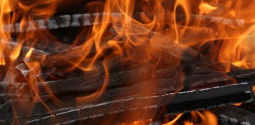 Женщина развела костер в центре Риги и сжигала в нем свидетельство о разводе