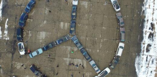 """ФОТО: Фанаты """"мерседеса"""" в Румбуле построили лого из своих машин"""