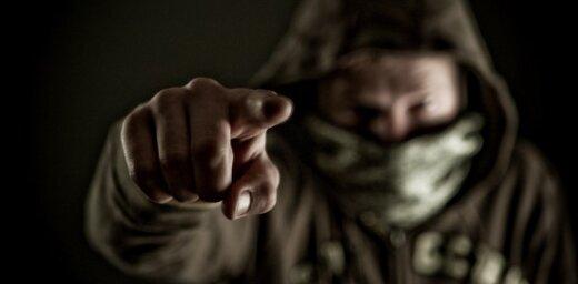 Грабители ворвались в квартиру к мужчине и, угрожая, похитили деньги