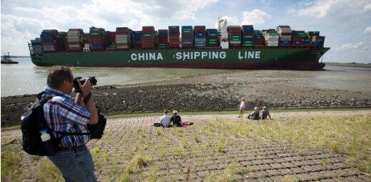 Foto un video: Milzīgs konteinerkuģis bloķē ieeju Antverpenes ostā