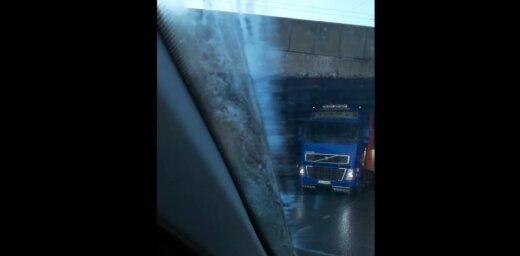 Video: Zem Akmens tilta iestrēgst kravas auto