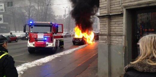 Video: Pie Dailes teātra ar atklātu liesmu nodeg auto