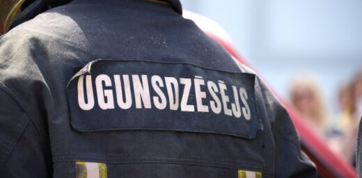 Rīgā ar atklātu liesmu deg vienstāvu koka māja