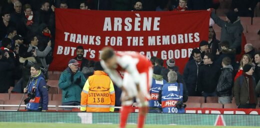 Alex Oxlade-Chamberlain reacts as Arsenal fans