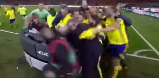 Video: Zviedrijas futbolisti gavilējot salauž TV studijas galdu