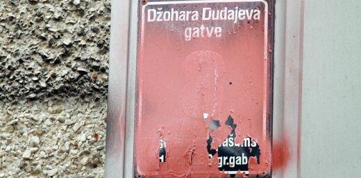 Dudajeva gatves plāksnīšu aizkrāsotāji filmē savas darbības