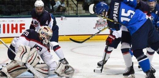 Somijas U-18 hokejisti PČ pusfinālā negaidīti uzveic favorīti ASV; Zviedrija pēcspēles metienu sērijā pārspēj Kanādu