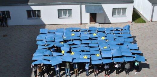 В День Европы школьники рижской школы устроили флешмоб, посвященный юбилею ЕС