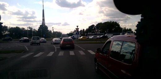 Aculiecinieka video: Kaitinošs autobraucējs Krasta ielā