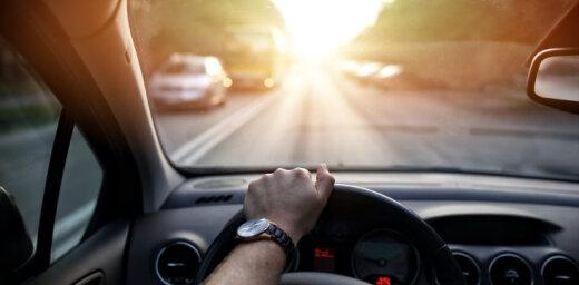 Pavasarī pieaug spilgtās saules dēļ izraisīto autoavāriju skaits